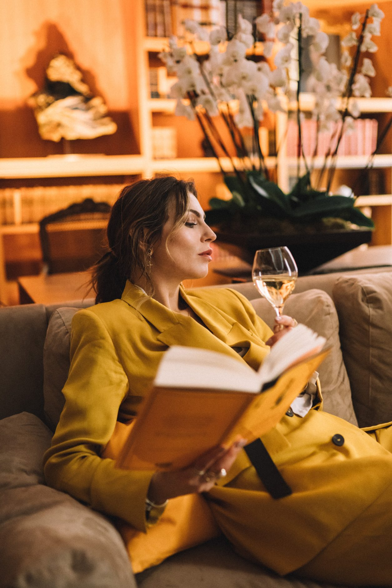 Veuve Clicquot Business Woman Award Germany 2019 | by Masha Sedgwick | Interview with Verena Pausdner | wearing: yellow suit | reading: Veuve Clicquot book