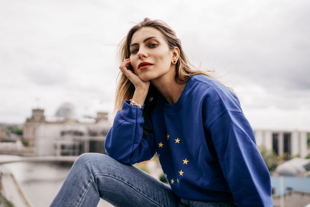 Masha Sedgwick | Europawahl 2019 | EU | Berlin | Europe Flag Sweater via König Souvenir | Berlin | Project Together
