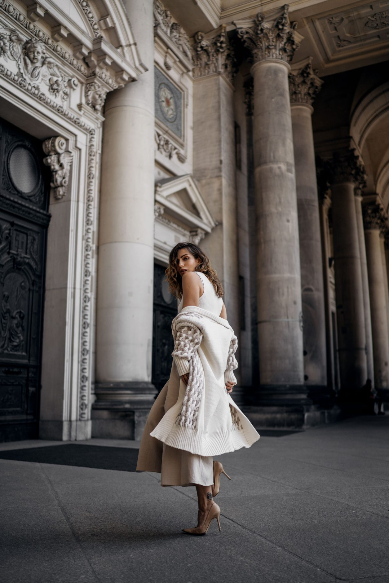 Berlin Summer Fashion Editorial |Stefanel | Masha Sedgwick | Museum Island | beige tones