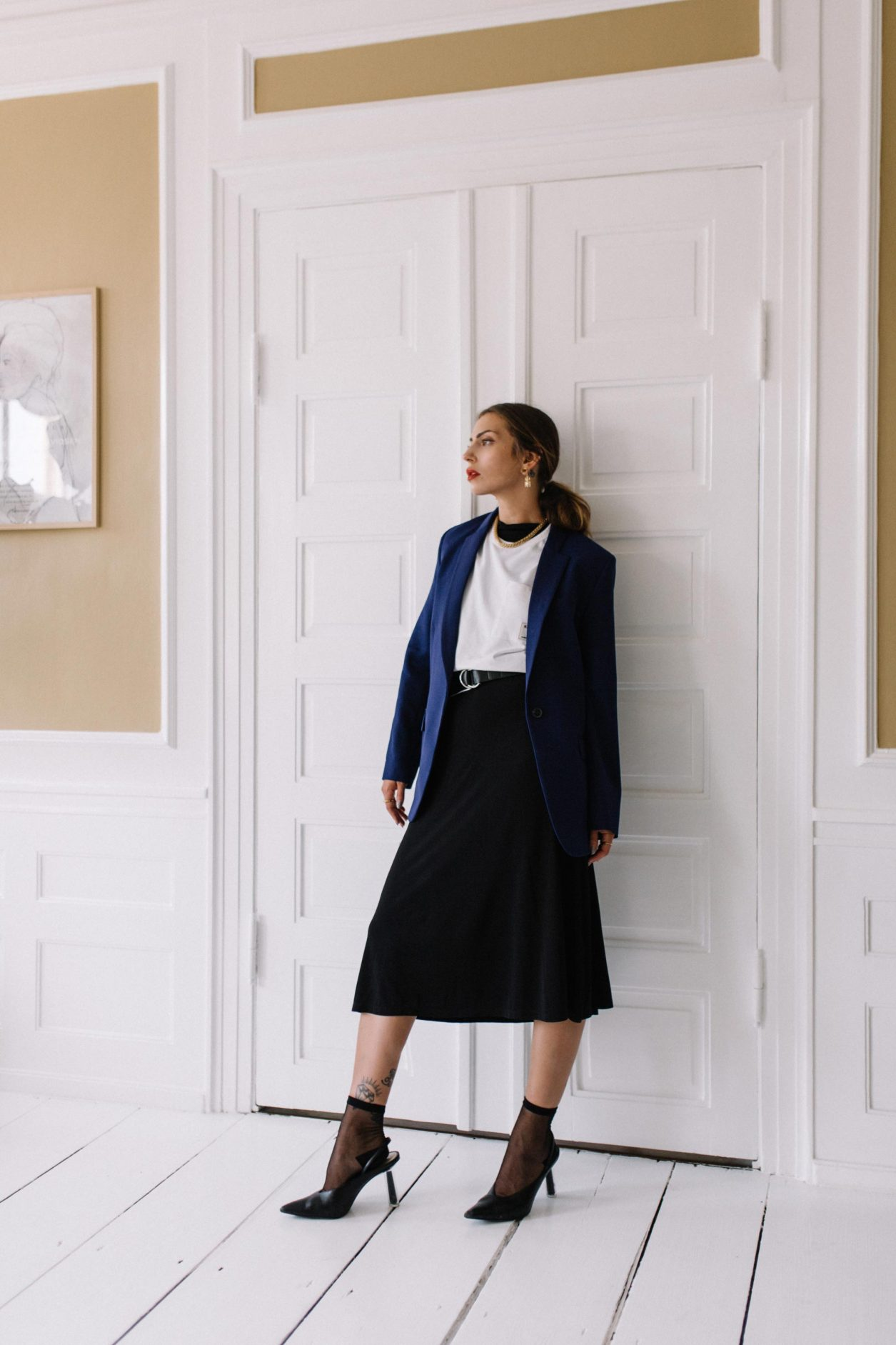 Blazer: Lala Berlin Shirt: Samsoe Samsoe Necklace: Vintage Dress: Samsoe Samsoe Pumps: Charles Keith Socks: Wolford Belt: Closed