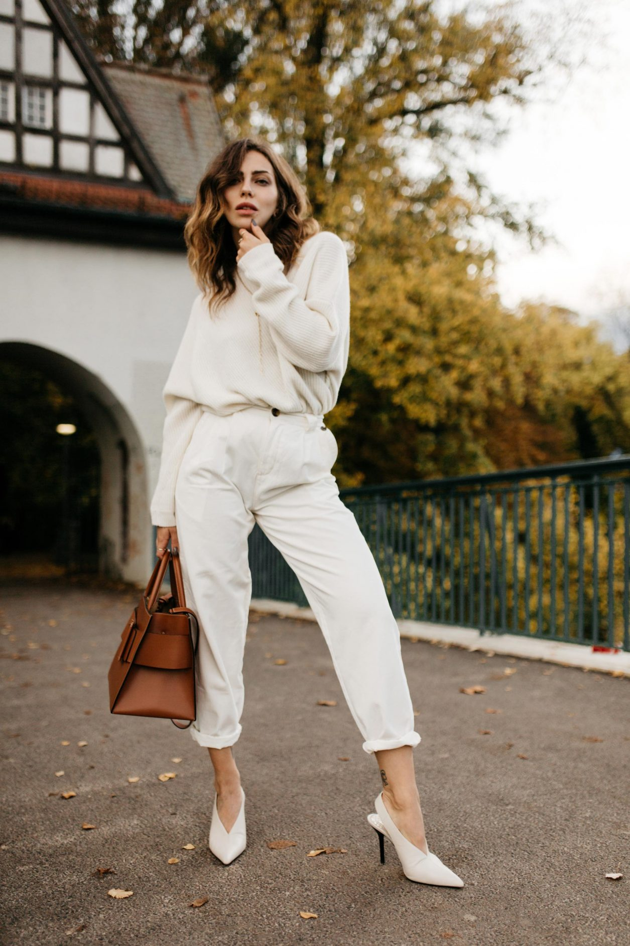 Masha Sedgwick wearing off-white fall outfit | Styling tip: add fine jewelry by Thomas Sabo and brown leather tote bag by Boyy, outfit: white mom jeans by Topshop, white knit pullover by Lala Berlin, white leather pumps by Zara (Anzeige), Berlin Treptower park, aw19 weekend outfit