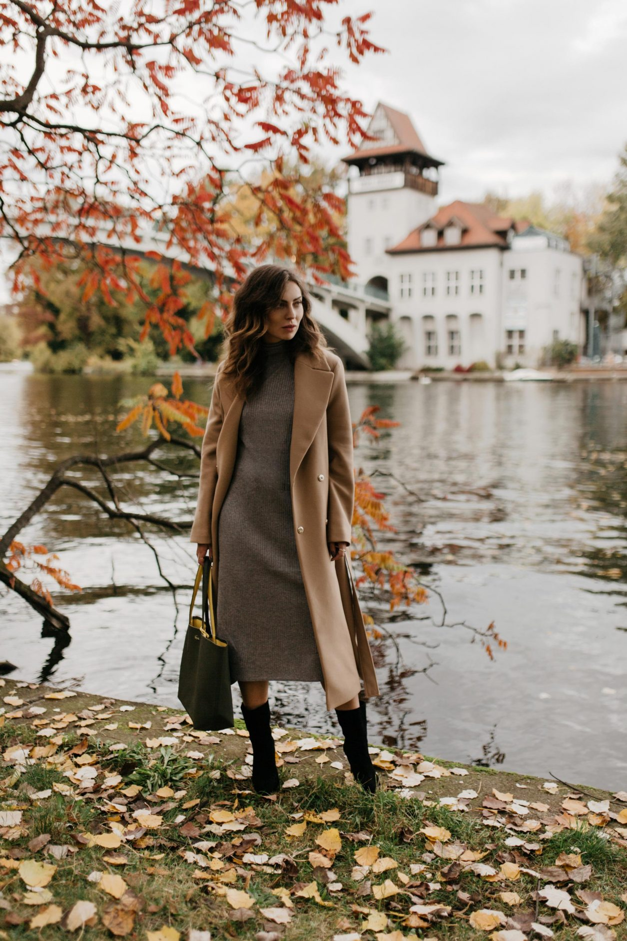 Masha Sedgwick | Berlin fashion and beauty blogger | Fall 2019 outfit inspiration, wearing wool classy camel coat by Tommy Hilfiger, grey turtleneck knit dress: Banana Republic, khaki green leather shopper: Lacoste, classy suede leather heeled boots: Billi Bi Copenhagen, Shooting spot: Berlin Treptower Park
