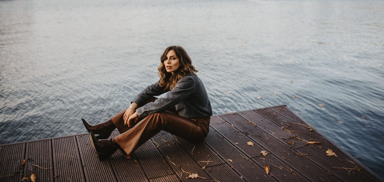 Autumn Fashion Editorial | Masha Sedgwick, blogger from Berlin | style: moody, happy, falling leaves, fall, sea, rough, silent, | wearing: Topshop cowboy boots, Arket grey sweater, Riani cognac brown flared wide leather pants | 2019