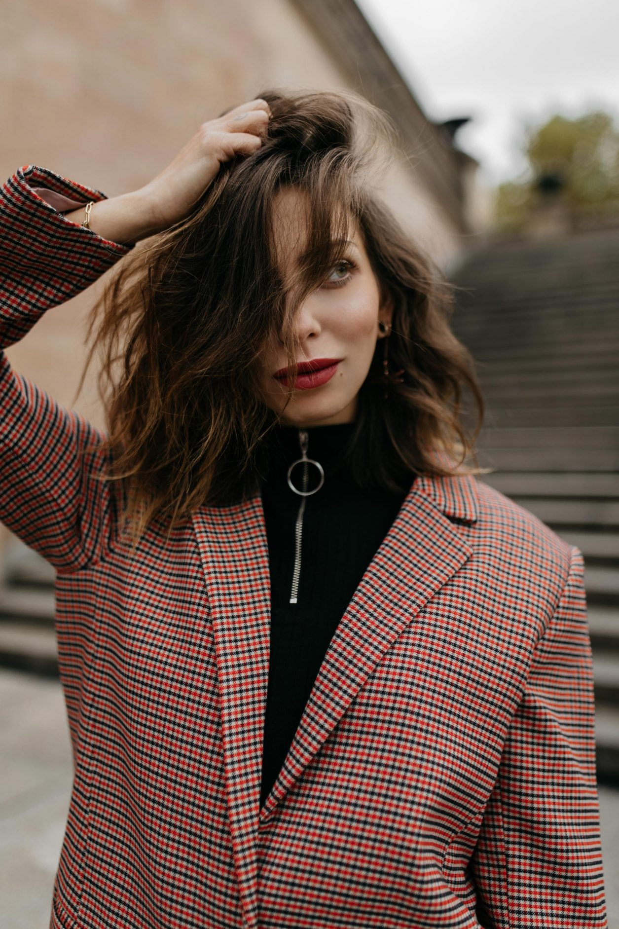 Streetstyle by Masha Sedgwick | Fashion and beauty blogger from Berlin, Germany | Styling tip: checked fall winter blazer for everyday, smart casual look, everyday outfit, business ootd | Neues Museum Berlin