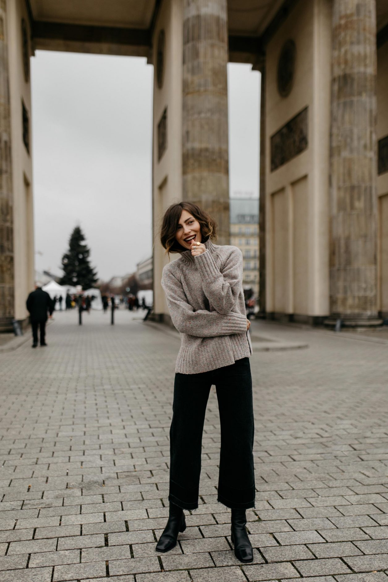 Streetstyle by Masha Sedgwick at the Brandenburger Gate | AW 19 outfit: brown knit Closed, black bootcut jeans Citizens of Humanity , black leather boots Filippa K | Berlin sightseeing photo spot