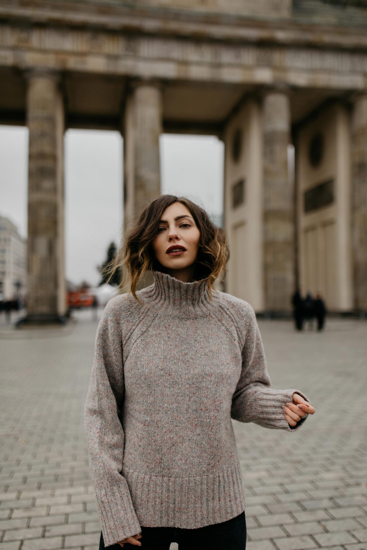 Streetstyle by Masha Sedgwick | AW 19 outfit: brown knit Closed | Berlin sightseeing photo spot: Brandenburger Tor