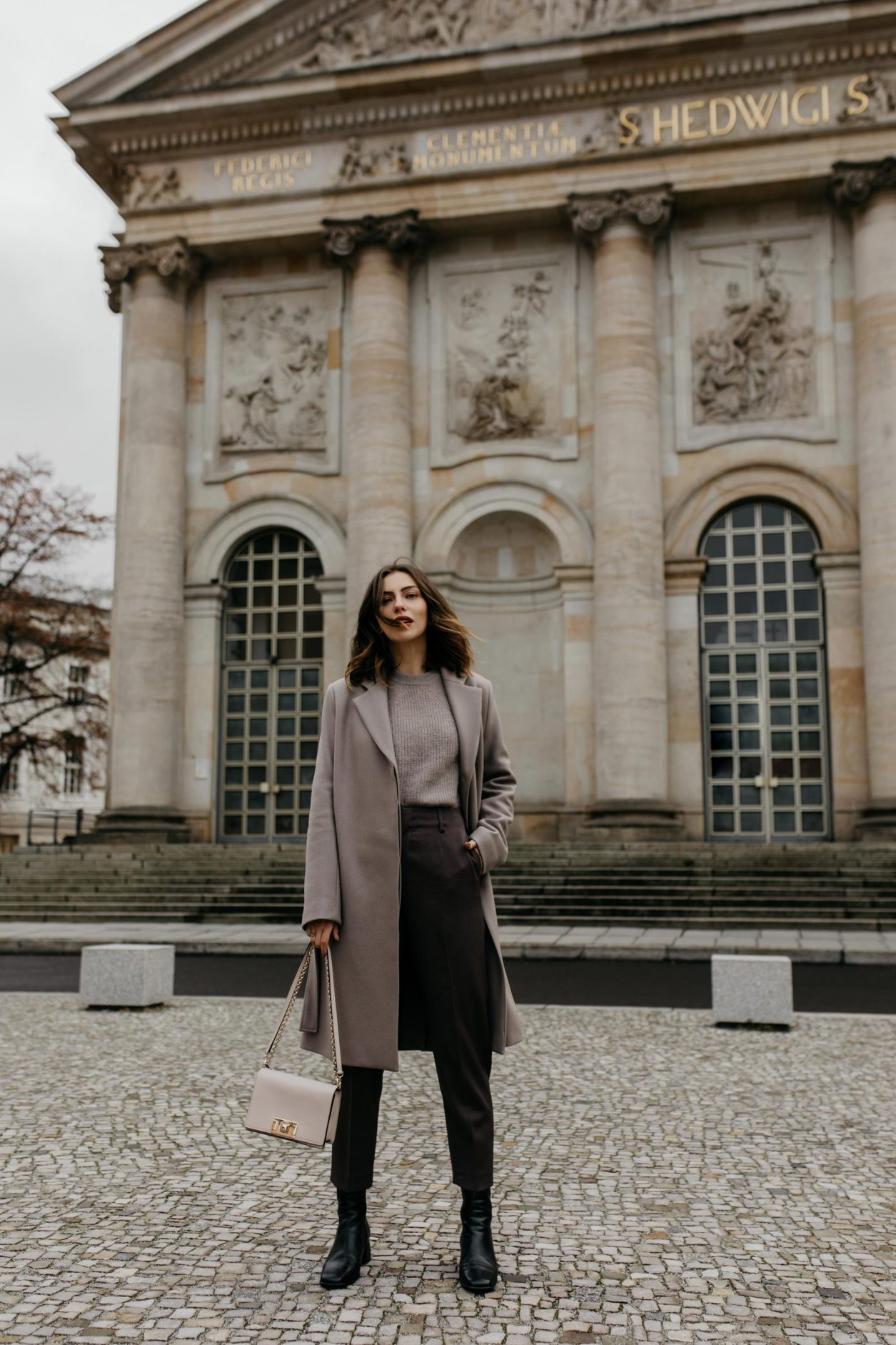 Outfit Filippa K | Lilac suit pants, basic knit, lilac wool coat, pink furl bag | Berlin sightseeing, Bebelplatz, Museumsinsel