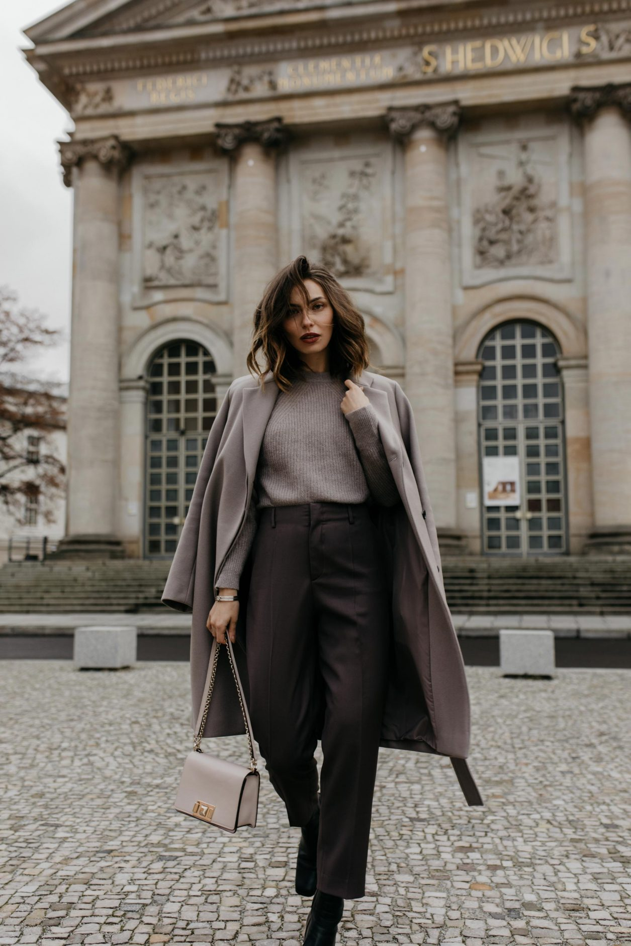 Outfit Filippa K | Lilac suit pants, basic knit, lilac wool coat, pink furl bag | Berlin sightseeing, Bebelplatz