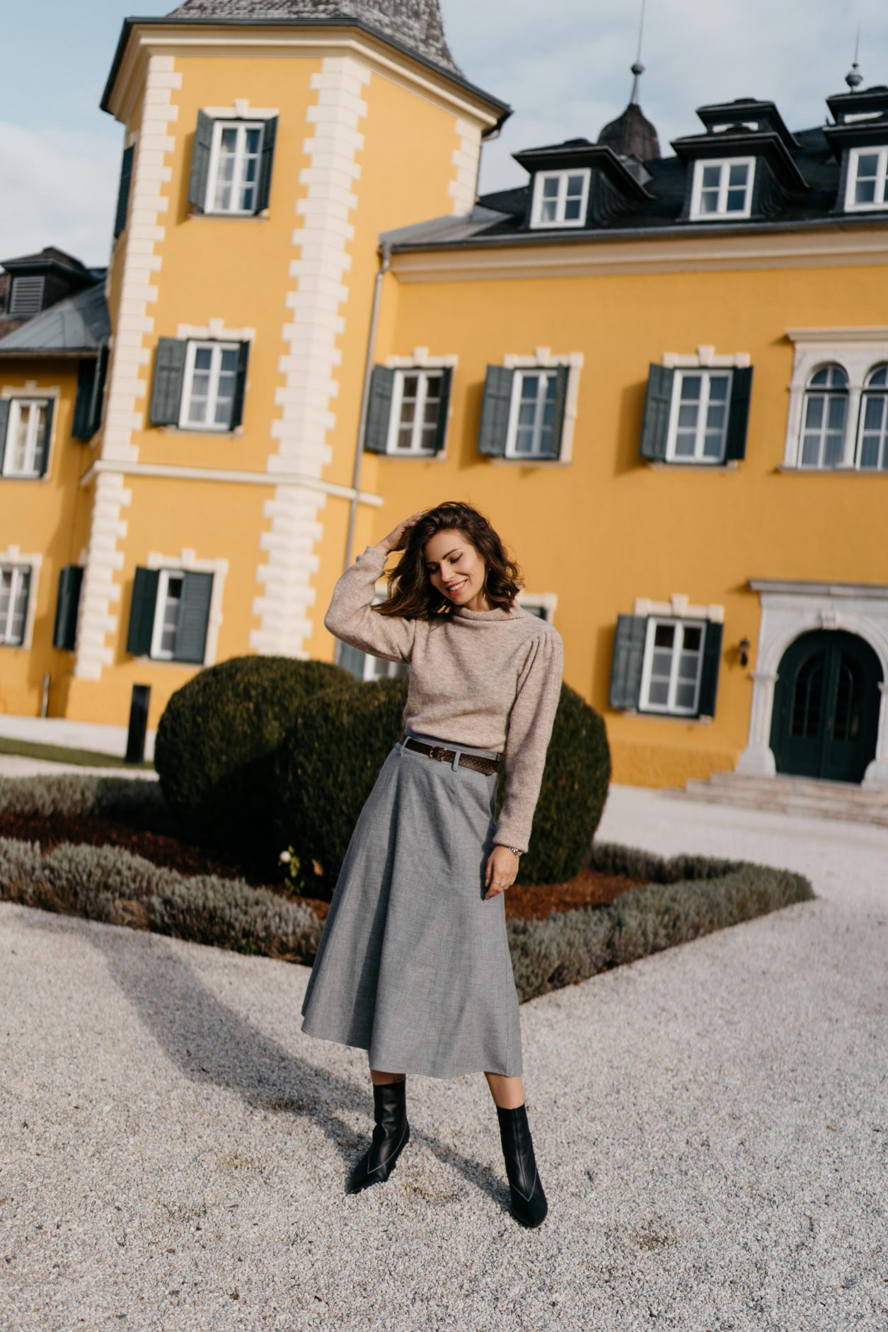 Masha Sedgwick | Fashion and beauty blogger from Berlin, Germany | AW19 outfit inspiration, cozy fall outfit wearing grey a-line skirt by Gestuz, beige knit pullover by Second Female, brown Louis Vuitton belt, black leather boots by Topshop | Minimalistic Scandinavian style, effortless cool, feminine, everyday business casual look