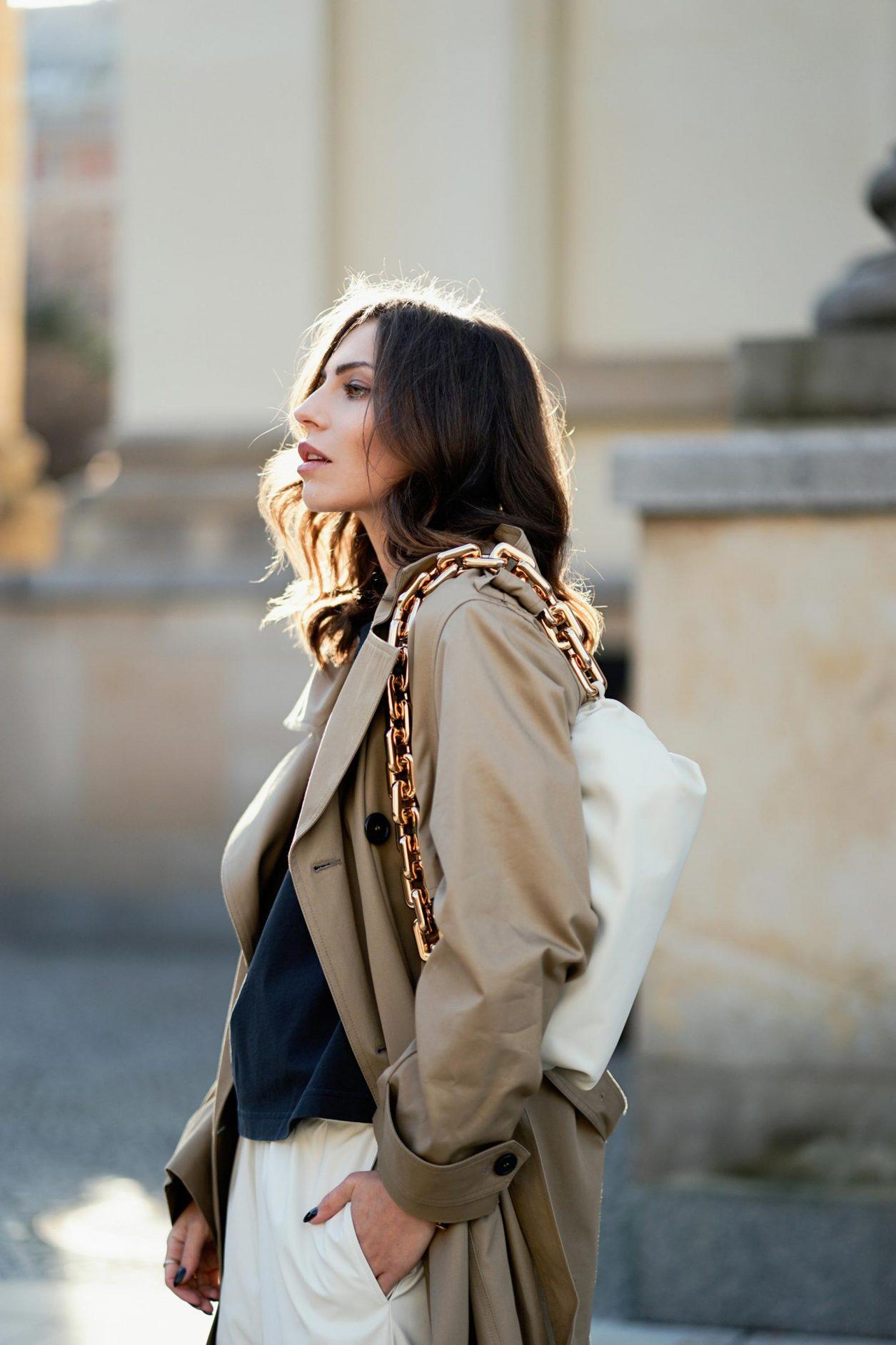 Portrait by Masha Sedgwick | Fashion blogger from Berlin, Germany | Spring outfit inspiration: wearing beige Saint Laurent trench coat, white Maison Margiela pants, the white Bottega Venetta chain pouch