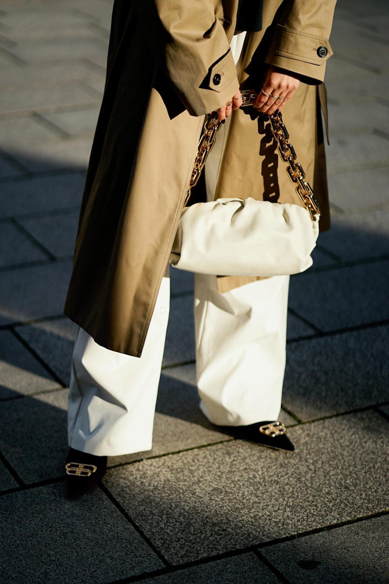Streetstyle by Masha Sedgwick | Fashion blogger from Berlin, Germany | Spring outfit inspiration: wearing beige Saint Laurent trench coat, white Maison Margiela pants, the white Bottega Venetta chain pouch, black Balenciaga pumps