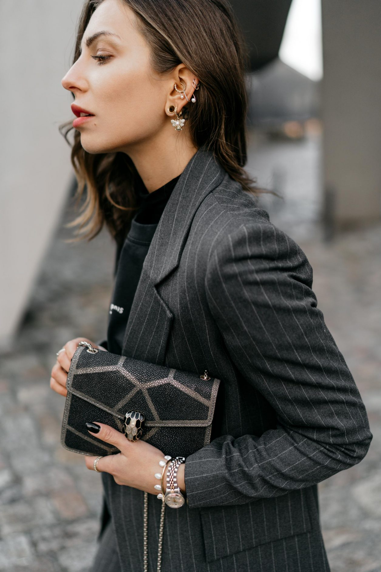 Streetstyle by Masha Sedgwick | Fashion blogger from Berlin | Everyday business outfit ideas, business chic, high end, tomboy style | Wearing grey checked Mango suit, dark grey vintage Celine coat, basic logo tee by Acne Studios