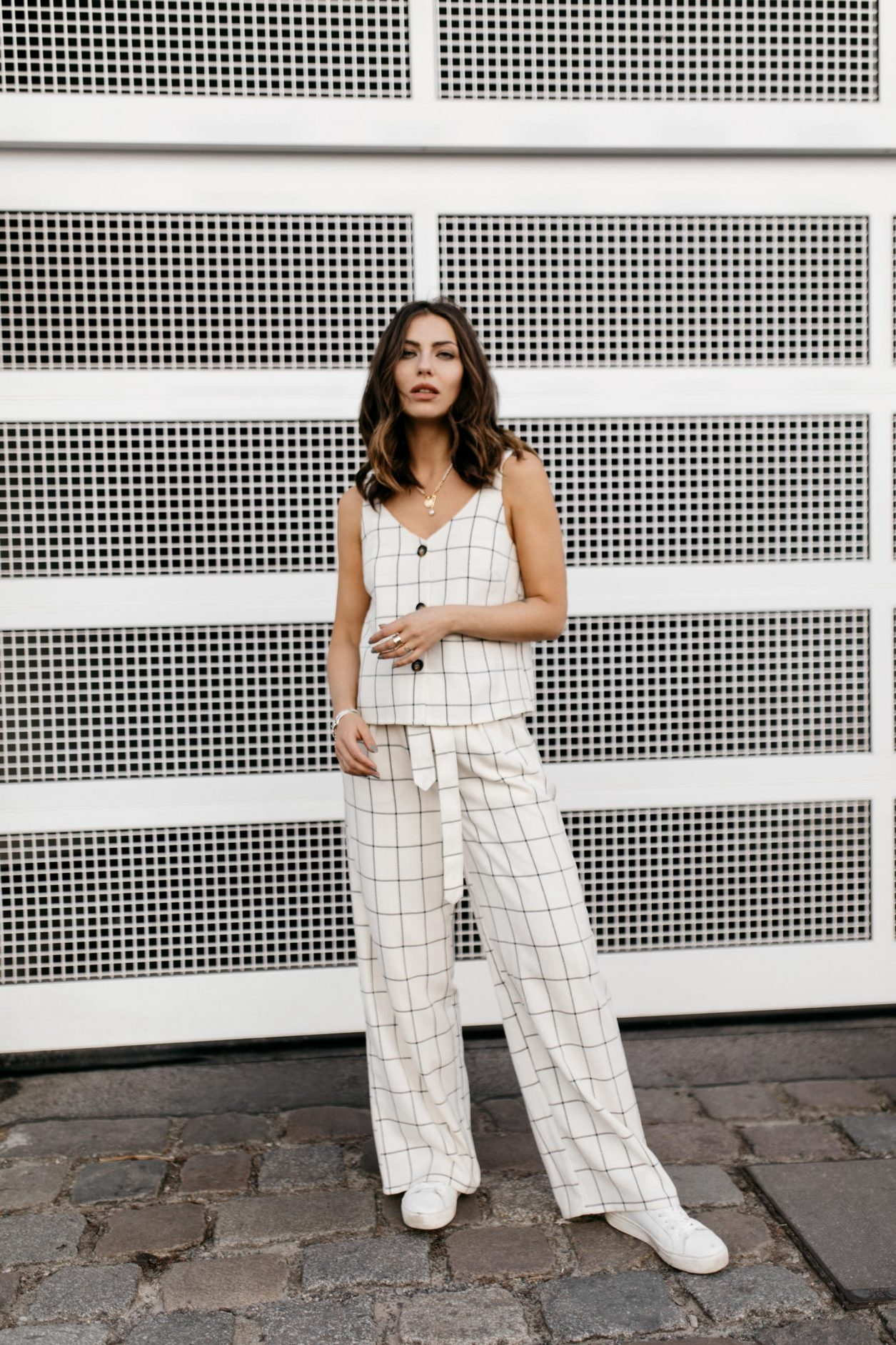 Anzeige | Streetstyle Outfit by Masha Sedgwick | Fashion blogger from Berlin, Germany | Spring summer outfit inspiration, two-pieces checked look in white linen from Gestuz