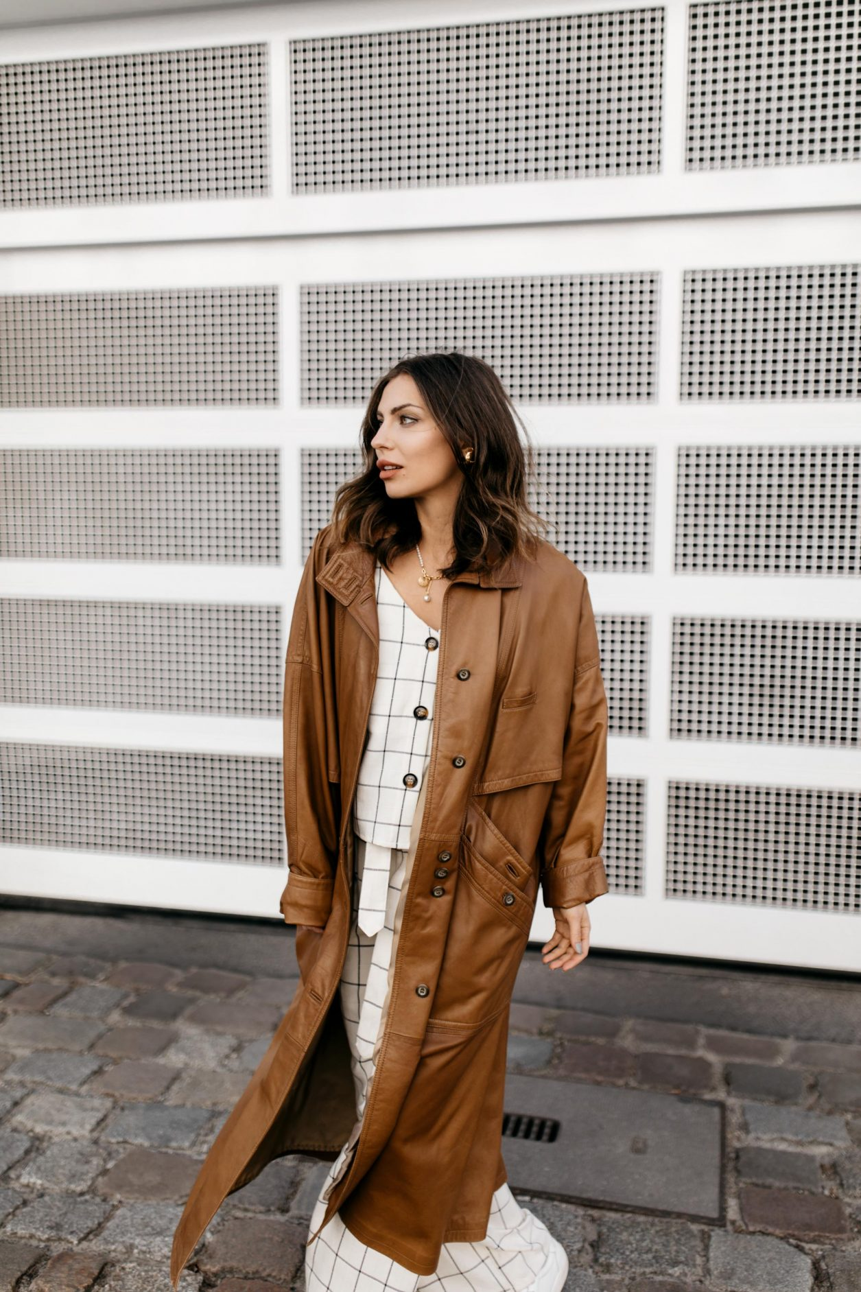 Anzeige | Streetstyle Outfit by Masha Sedgwick | Fashion blogger from Berlin, Germany | Spring summer outfit inspiration, two-pieces checked look in white linen from Gestuz, vintage brown leather coat