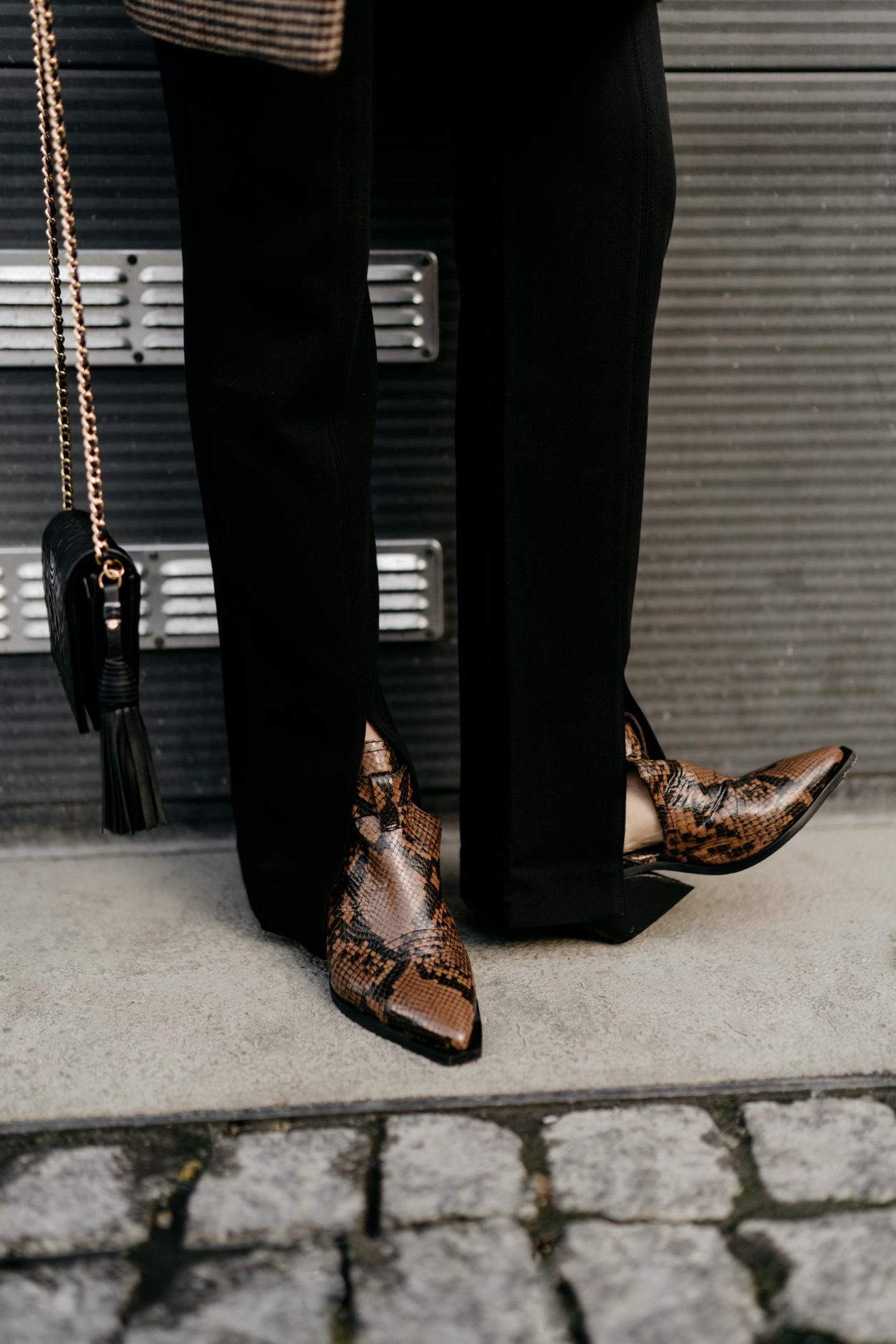 Outfit details by Masha Sedgwick | Fashion blogger from Berlin, Germany | Everyday business casual outfit inspiration, wearing front splits black tailored pants by Samsoe Samsoe, brown sneak leather open boots by Zign, Tory Burch shoulder mini bag