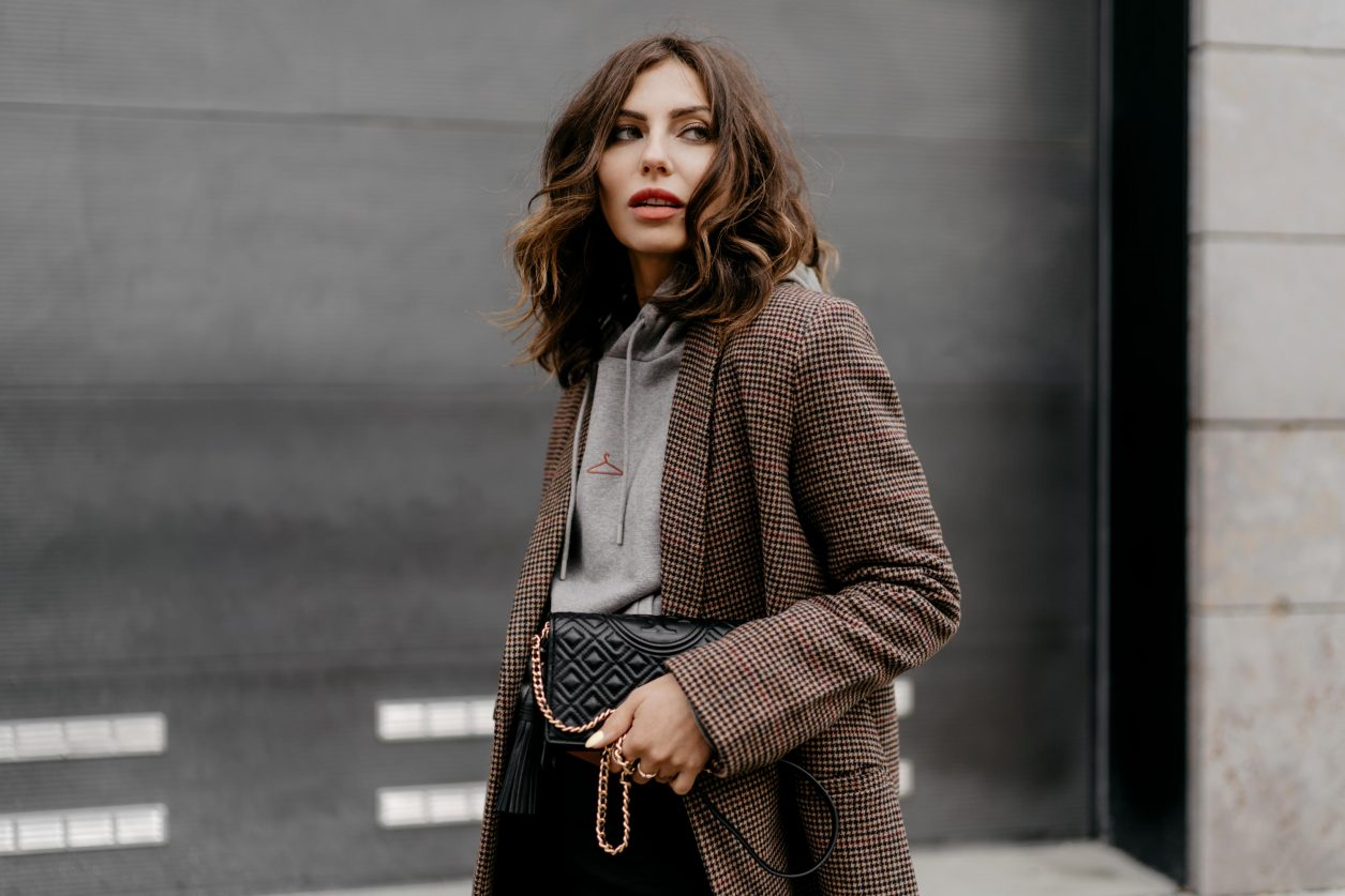 Streetstyle by Masha Sedgwick | Fashion blogger from Berlin, Germany | Everyday business casual outfit inspiration, wearing brown checked Samsoe Samsoe blazer, light grey logo Holzweiler hoodie, brown leather Zign belt, Tory Burch shoulder mini bag