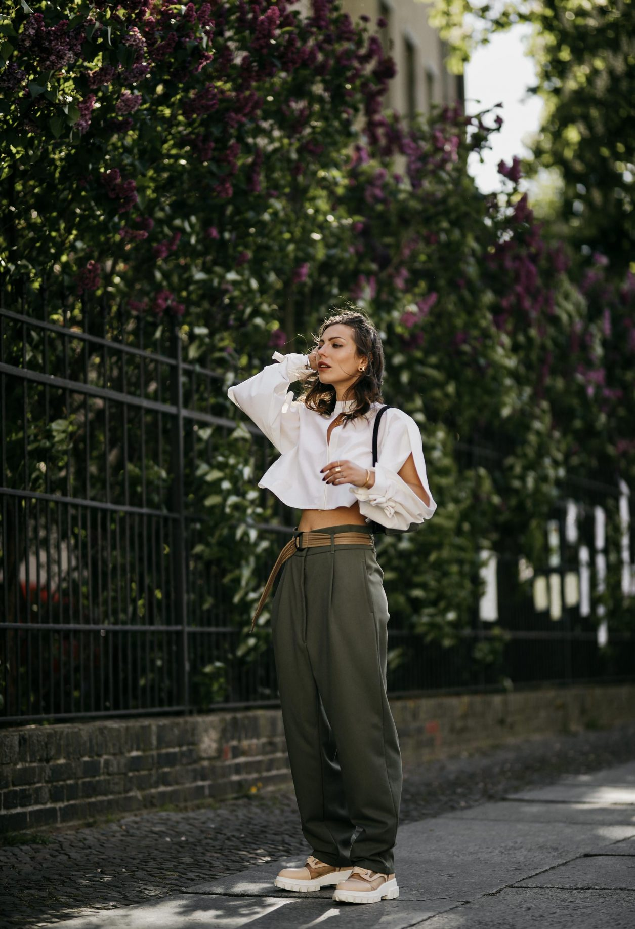 Anzeige | Streetstyle by Masha Sedgwick, photos: Jeremy Moeller | Spring summer fashion trends, everyday outfit inspiration, military chick city look: wearing khaki boyfriend pants by Munthe, white cropped Nobi Talai blouse, mini khaki Lala Berlin leather bag, Agl transparent nude boots