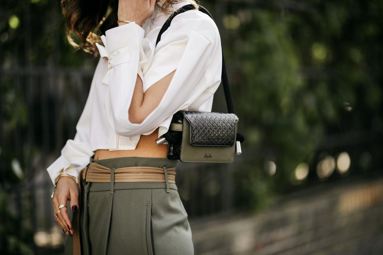 Anzeige | Streetstyle by Masha Sedgwick, photos: Jeremy Moeller | Spring summer fashion trends, everyday outfit inspiration, military chick city look: wearing khaki boyfriend pants by Munthe, white cropped Nobi Talai blouse, mini khaki Lala Berlin leather bag