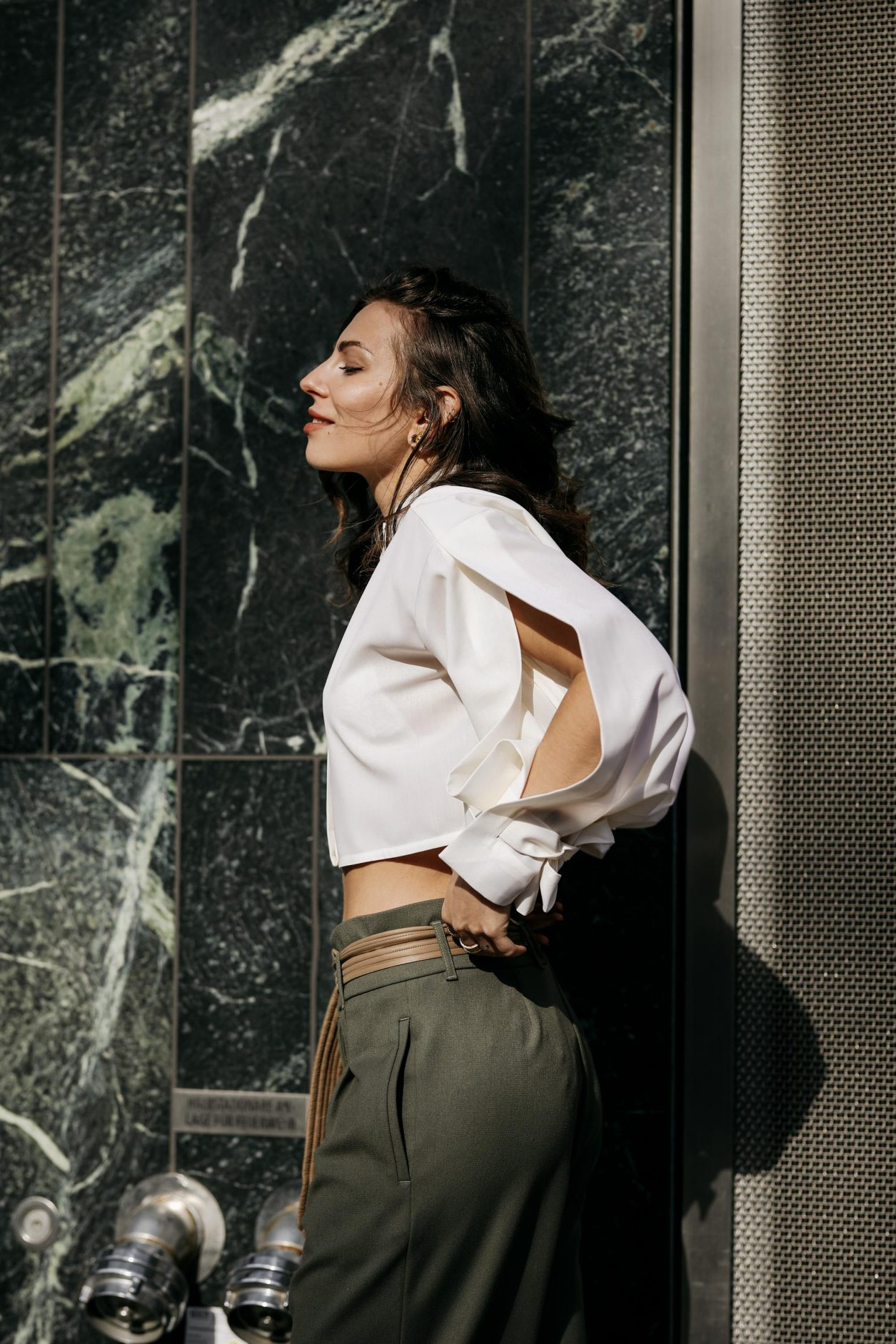 Anzeige | Streetstyle by Masha Sedgwick, photos: Jeremy Moeller | Spring summer fashion trends, everyday outfit inspiration, military chick city look: wearing khaki boyfriend pants by Munthe, white cropped Nobi Talai blouse