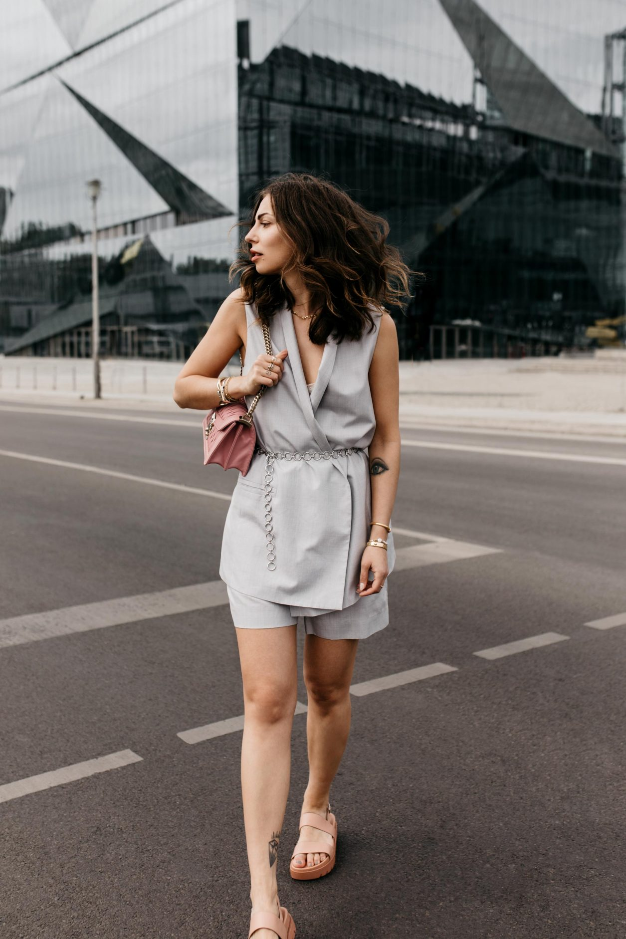Anzeige | Streetstyle by masha Sedgwick | Fashion and beauty blogger from Berlin, Germany | Summer outfit inspiration, two-piece look, effortless cool, summer business outfit with shorts, feminine, chic, high end | Wearing grey COS shorts and top, silver chain belt, pink Miu Miu cross body bag, pink flat Charles & Keith sandals, Shooting spot: Berlin Hauptbahnhof
