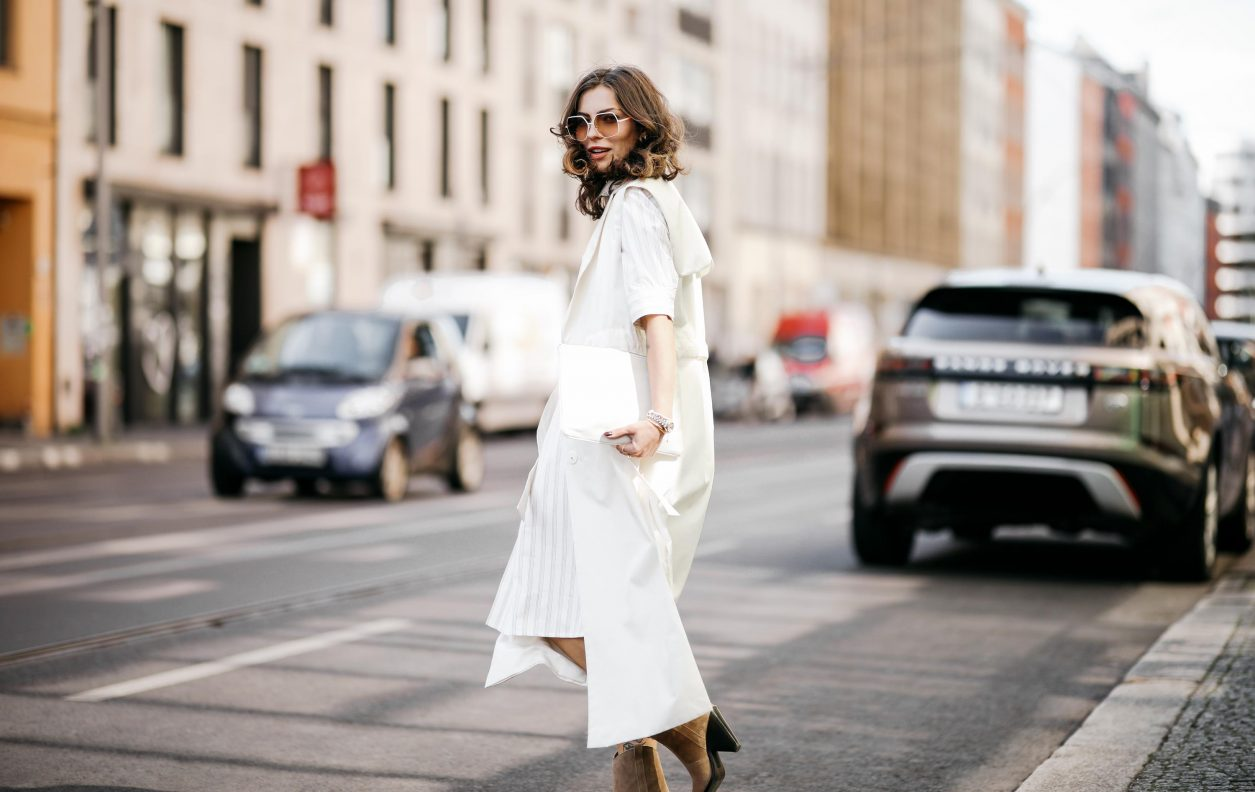 Anzeige | Summer Streetstyle Outfit by Berlin fashion blogger Masha Sedgwick wearing white blouse Baum und Pferdgarten dress, white Nobi Talai maxi west, white leather Jillion's Sander envelope bag, white sunglasses | Photos by Jeremy Moeller