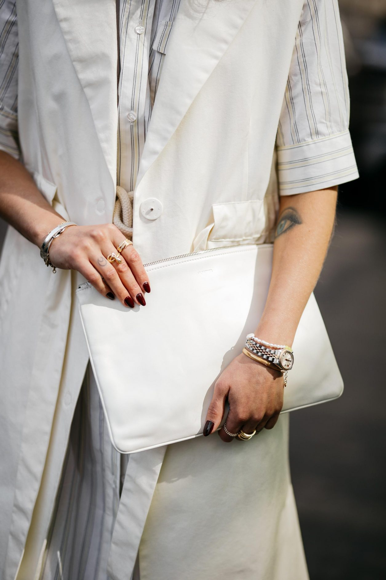 Anzeige | Summer Streetstyle Outfit details by Berlin fashion blogger Masha Sedgwick wearing white blouse Baum und Pferdgarten dress, white Nobi Talai maxi west, white leather Jillion's Sander envelope bag, white sunglasses | Photos by Jeremy Moeller