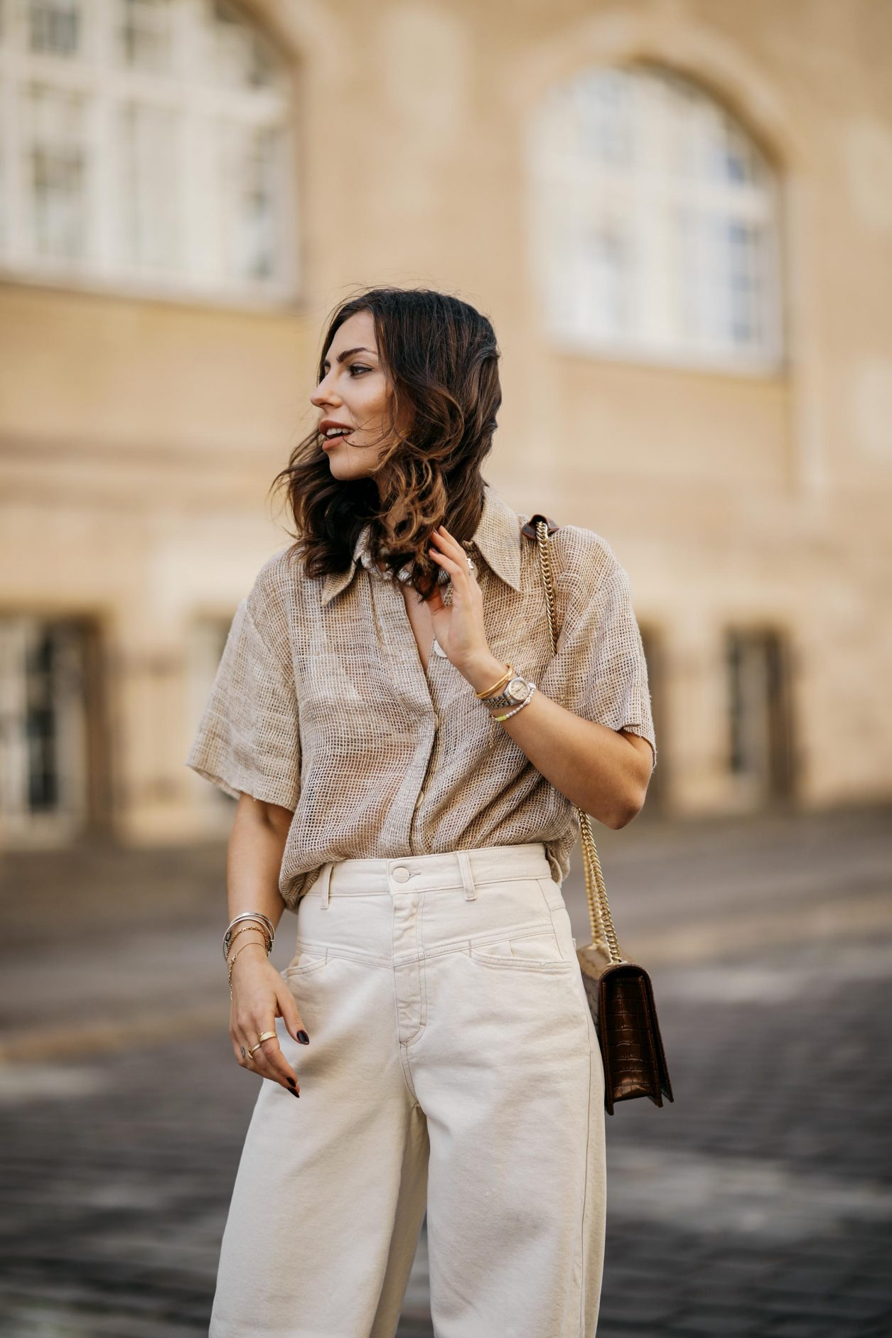 Streetstyle by Masha Sedgwick | Fashion and beauty blogger from Berlin, Germany | Everyday summer outfit inspiration, styling tips white sneakers, casual chic city look, white beige, effortless cool | Wearing wide white jeans, beige linen blouse shirt, cross body brown leather bag, white sneaker | Photographer Jeremy Moeller