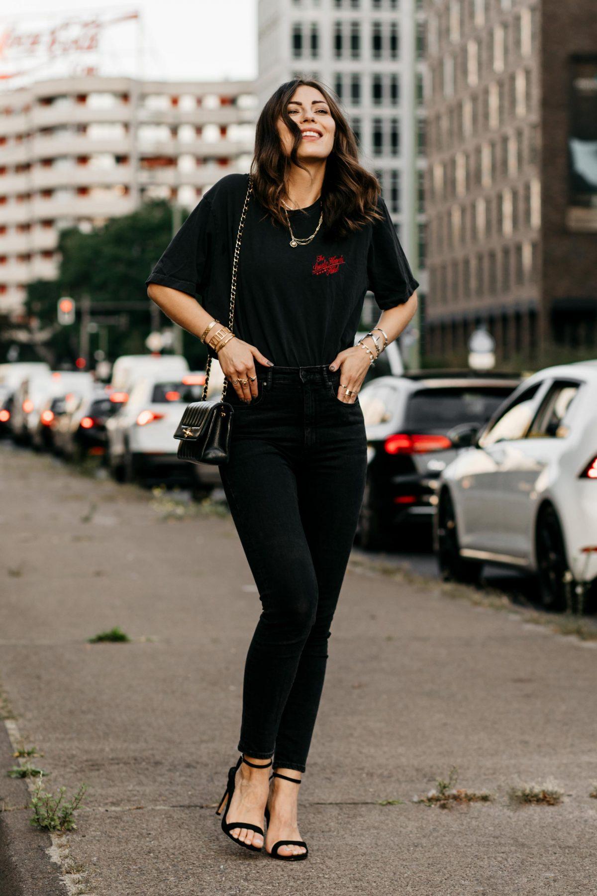 Sustainable Casual Classics: Skinny Jeans, Printed Shirt, Designer Bag