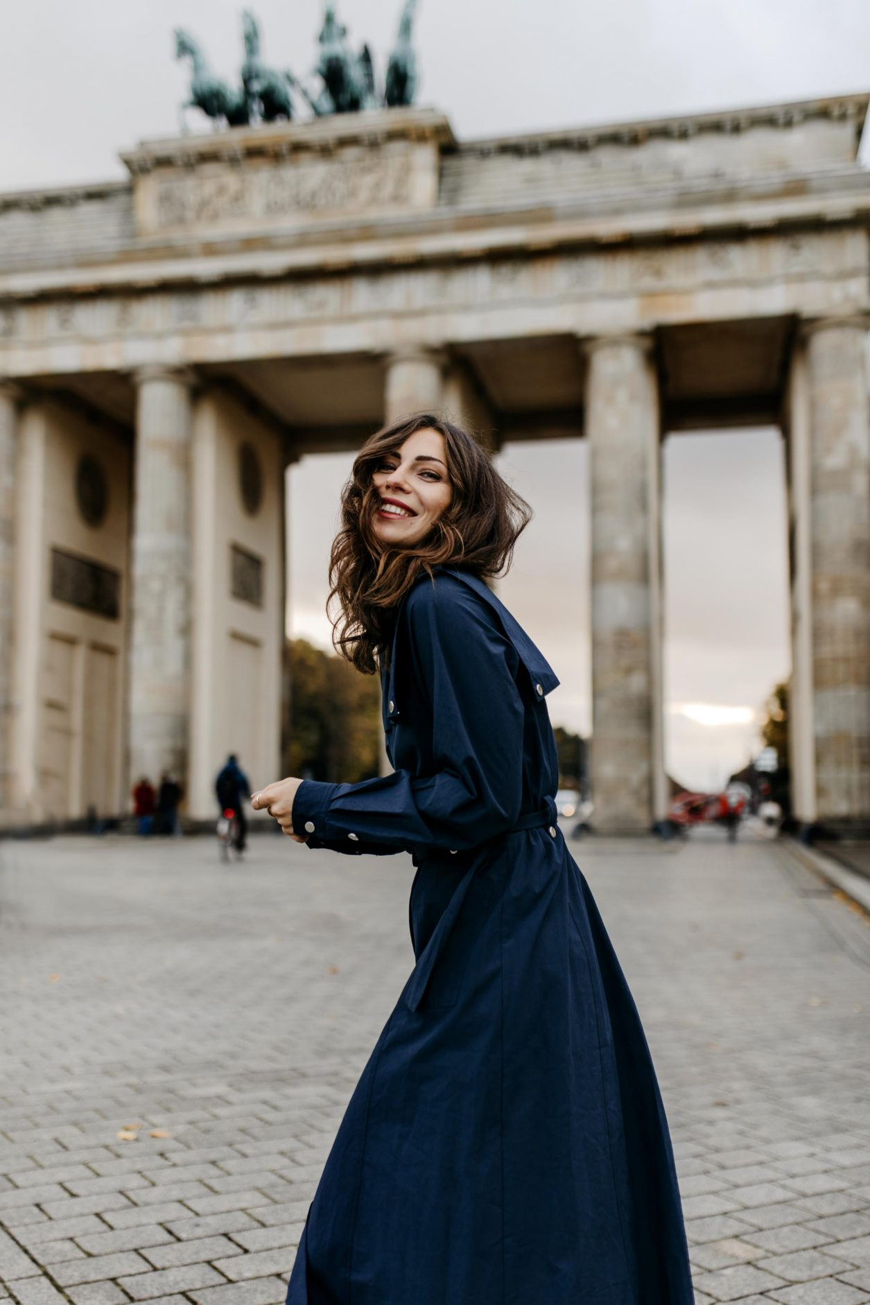 Streetstyle by fashion blogger from Berlin Masha Sedgwick | ootd, fall must-have, fall outfit trends | Wearing navy blue maxi shirt dress by Gestuz, black heeled leather boots by Stella McCartney, black leather vintage Chanel bag | Photo spot: Berlin Brandenburg Gate, photographer Tonya Matyu